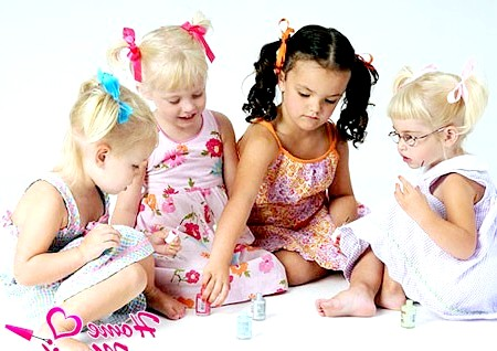 Фото - маленькі дівчатка пліткують про манікюр