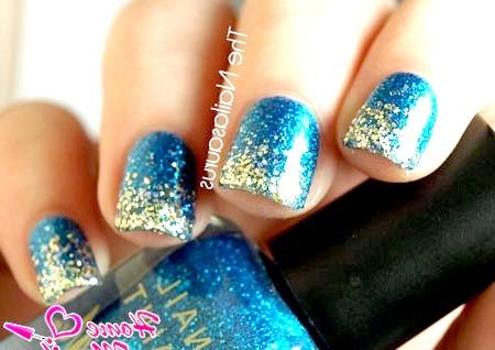 Фото - золоті блискітки на кінчиках нігтів