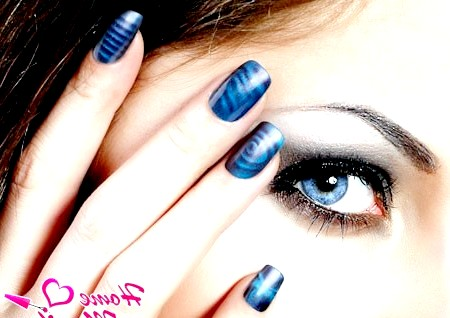 Фото - темно-синій нейл-арт на нігтях дівчата