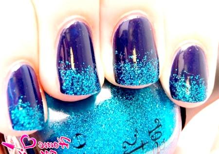Фото - блакитний глиттер на синіх нігтях