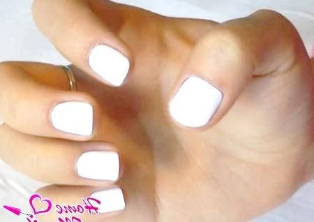 Фото - два шари білого лаку на нігтях