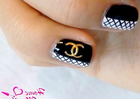 Фото - фірмовий логотип Шанель на нігтях