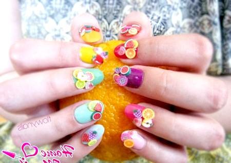 Фото - об'ємні фрукти фимо на різнокольорових нігтях