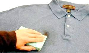 Домашні хитрості: як вивести жирні плями з одягу?
