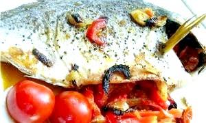 Дорада, запечена з овочами і імбиром