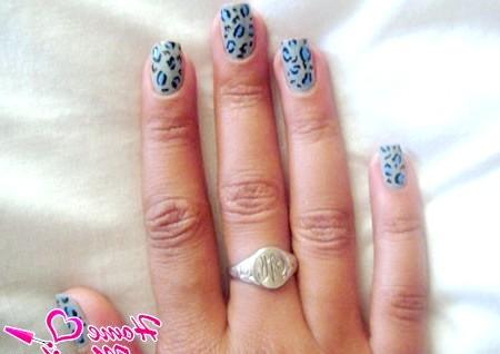 Фото - синій леопардовий принт на сірих нігтях