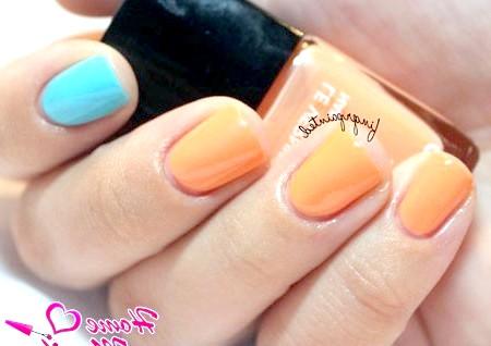 Фото - стильний помаранчево-блакитної двоколірний манікюр