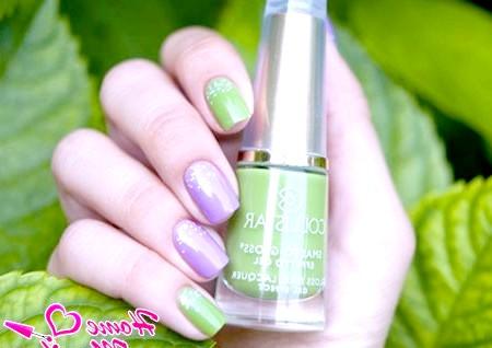 Фото - гармонія зеленого та фіолетового відтінків на нігтях