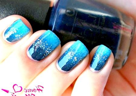 Фото - синій манікюр в стилі омбре з блискітками
