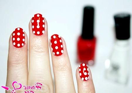 Фото - двоколірний дизайн нігтів в горошок
