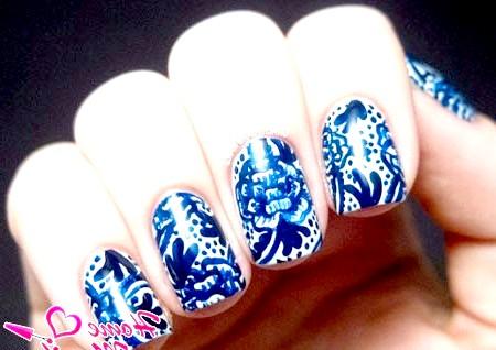 Фото - синій фарфор на білих нігтях