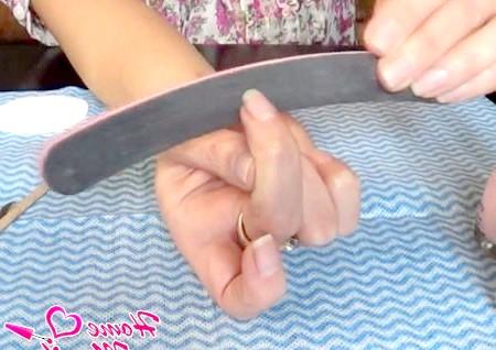 Фото - правильне розташування пилочки по відношенню до нігтя