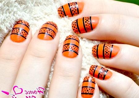 Фото - яскраво-оранжевий манікюр з чорними крапками