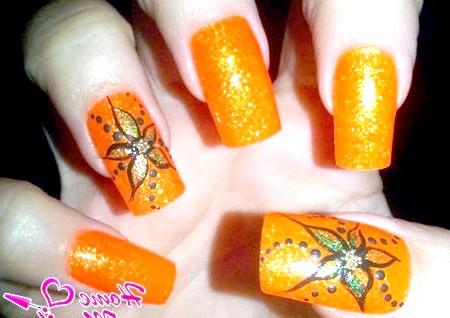 Фото - квітковий декор на яскраво-помаранчевих нігтях