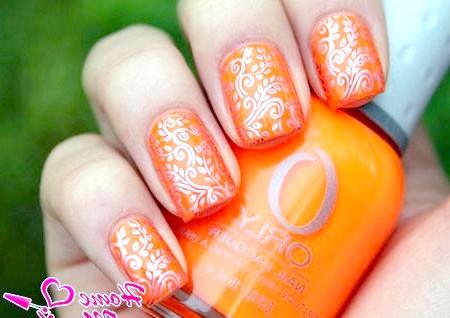 Фото - шикарні візерунки на помаранчевих нігтях за допомогою стемпінга