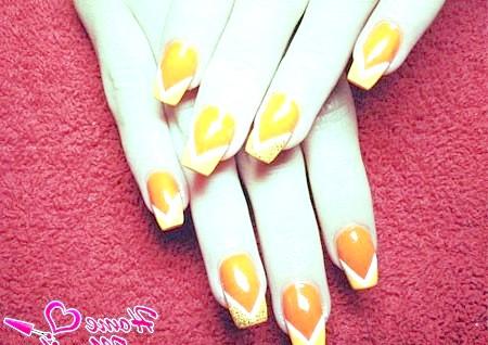 Фото - помаранчевий дизайн нігтів з білими лініями