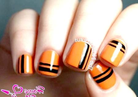 Фото - чорні смужки на помаранчевих нігтях