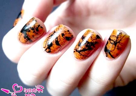 Фото - чорна абстракція на помаранчевих нігтях