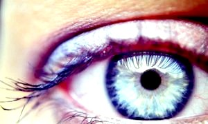 Очей смикається: що робити і до якого фахівця звертатися?