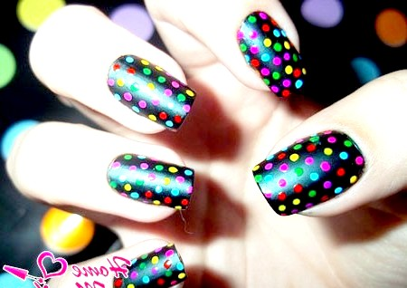 Фото - манікюр з різнокольоровими яскравими точками