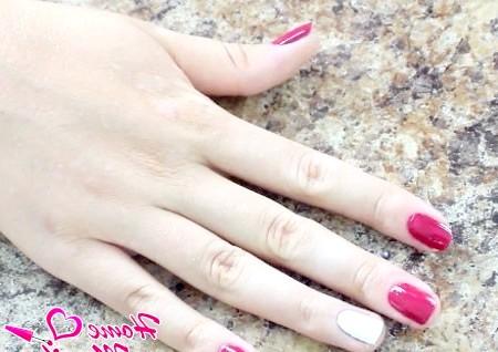 Фото - нанесення кольорового покриття на нігті