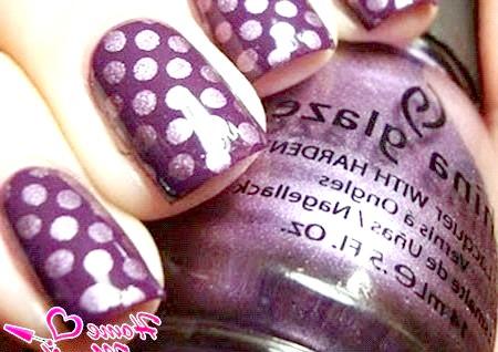 Фото - великі горошини на темно-фіолетовому лаку