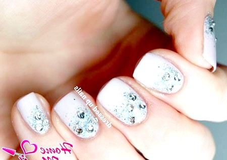 Фото - весільний дизайн коротких нігтів з блискітками і стразами