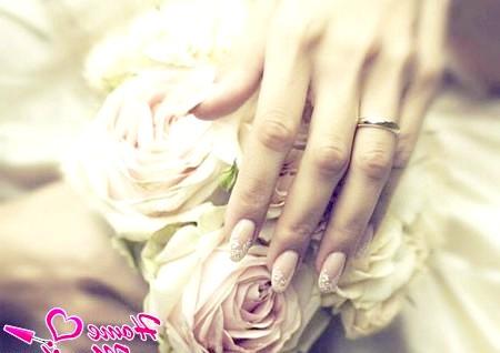 Фото - витончений мереживний орнамент на нігтях нареченої