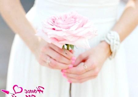 Фото - однотонний ніжно-рожевий манікюр нареченої