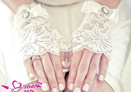 Фото - нігті нареченої в природному бежевому кольорі