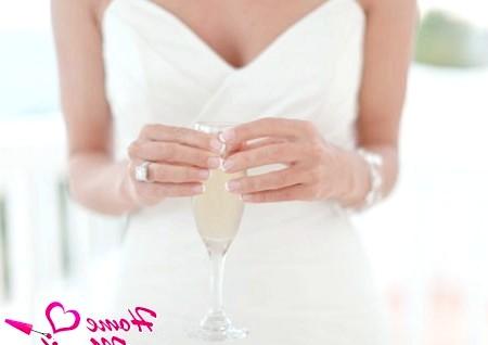 Фото - елегантний френч на коротких нігтях нареченої