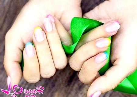 Фото - кольоровий френч на нігтях