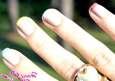 Фото - різнокольорові посмішки на нігтях френч