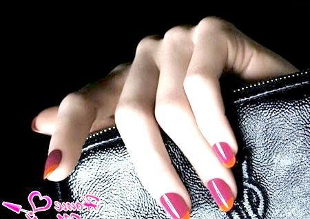 Фото - модний вишневий манікюр з помаранчевими кінчиками