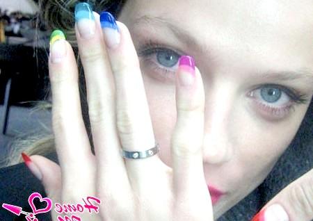 Фото - різнобарвна веселка на нігтях у французькому стилі