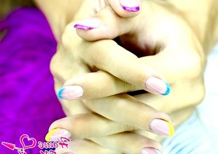 Фото - френч різного кольору на кожному нігті