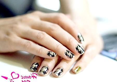 Фото - стильні наклейки minx на нігтях