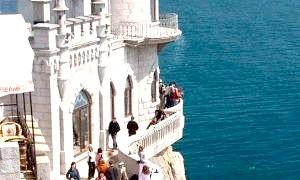 Історія «Ластівчине гніздо» - романтичний замок на краю скелі