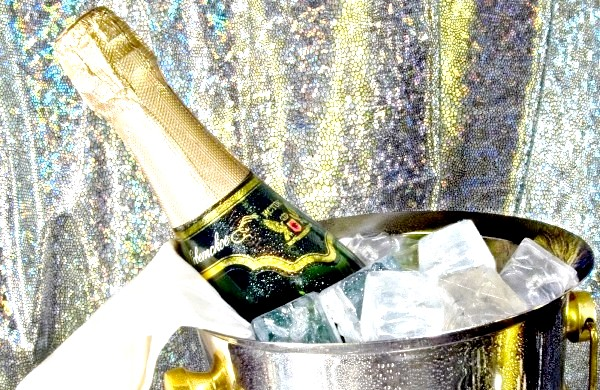 Фото - Радянське шампанське в відрі з льодом