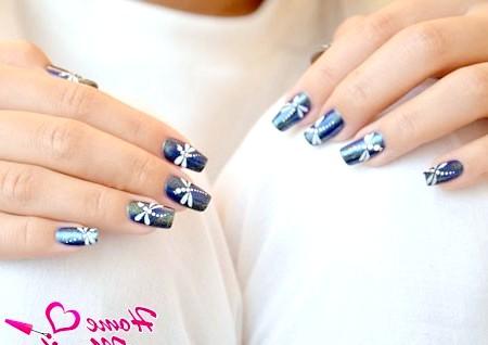 Як намалювати бабку на нігтях?