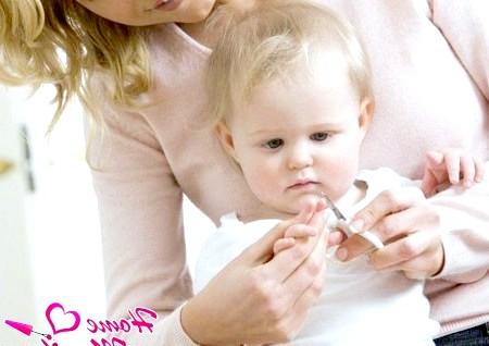 Фото - дитина вчиться стригти нігті