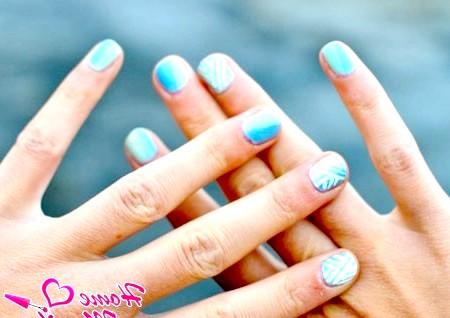 Фото - біло-блакитний нейл-арт на коротких нігтях