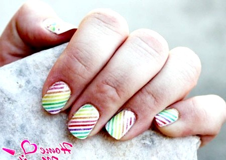 Фото - діагональна веселка на білих нігтях