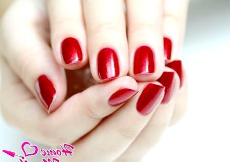 Фото - насичений червоний колір коротких нігтів