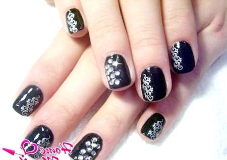 Фото - маленькі нігті зі стемпинг візерунками і стразами