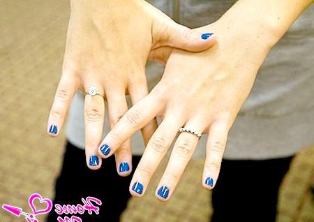 Фото - маленькі нігті з глянцевим синім покриттям