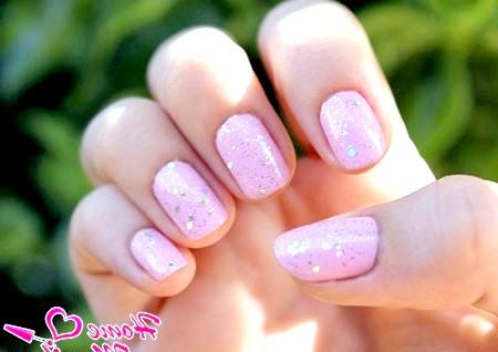 Фото - пастельний рожевий колір нігтів з блискітками