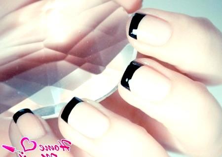 Фото - чорний френч на коротких нігтях