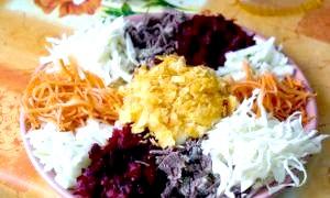 Як приготувати легкі салати до святкового столу?