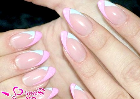Фото - стильний френч на мигдалеподібних нігтях